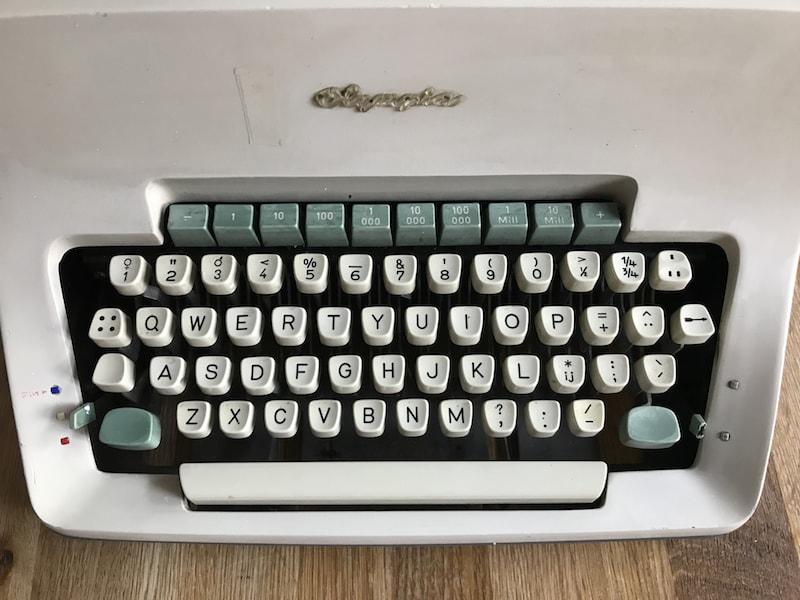 https://www.laurenzvangaalen.nl/public/olympia-sg-3-1084851-1963-keyboard.jpg